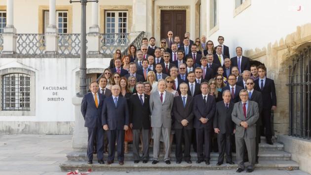 Os participantes que chegaram para o início do Seminário de Verão 2015, registraram o momento da frente da escadaria da Faculdade de Direito da Universidade de Coimbra.